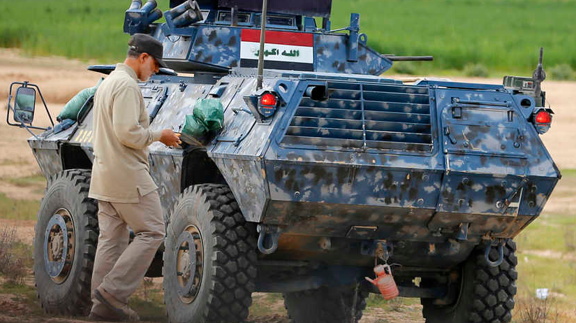 Командир иранской Революционной гвардии Касем Солеймани проходит рядом с бронетехникой